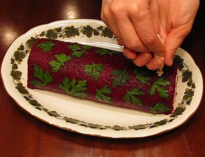 Украшение салата-рулета Селедка под шубой