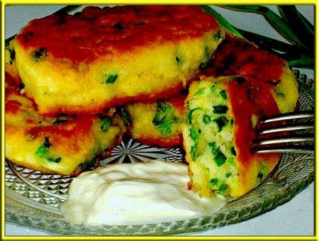 оладьи на кефире с зеленым луком и сметаной